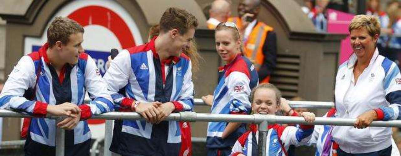 Juntos, los atletas olímpicos y paralímpicos celebraron con el público.