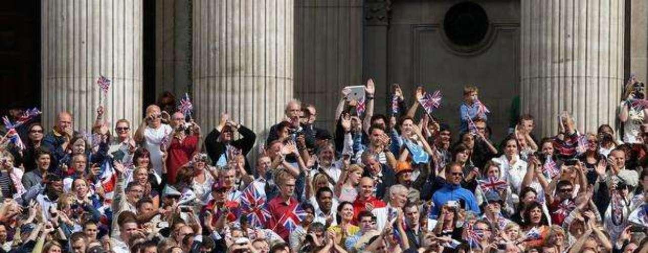 Pintados de azul y rojo, los británicos llevaron banderas a las calles de Londres.
