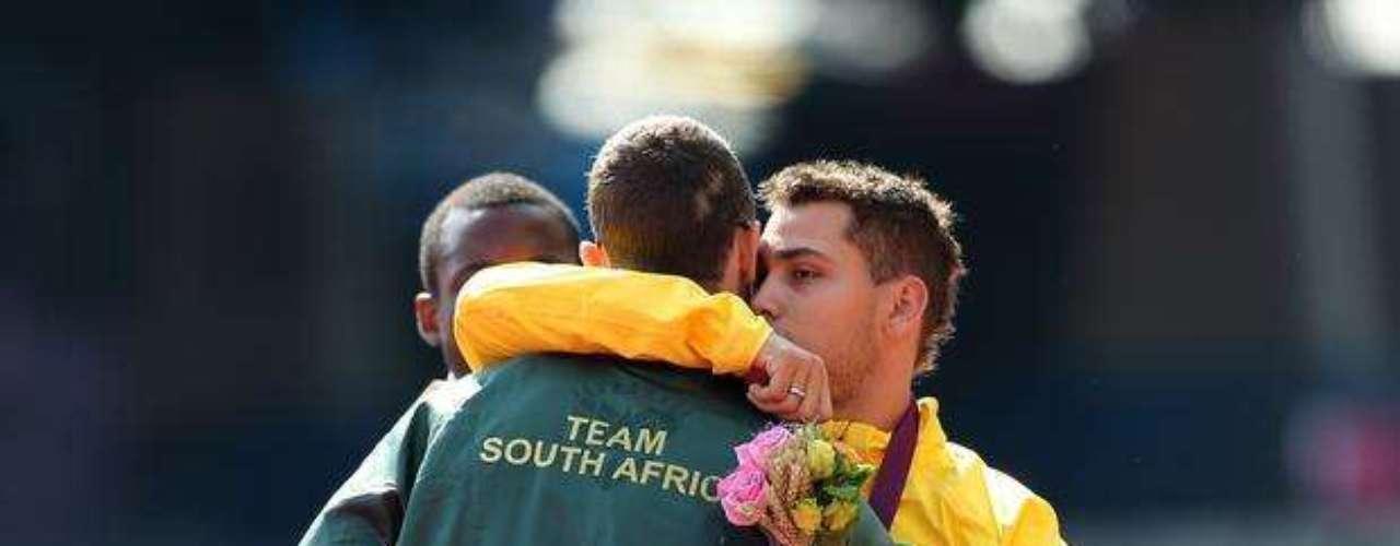 Tras la polémica con las prótesis, Oscar Pistorius abraza al brasileño Alan Fonteles en el podio de los 200 m T44. Favorito, el sudafricano fue superado por Fonteles al final del recorrido y terminó subcampeón.