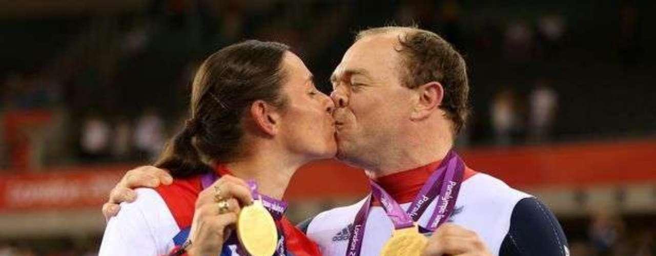La pareja de Gran Bretaña celebra la conquista de la segunda medalla en ciclismo con un beso apasionado.