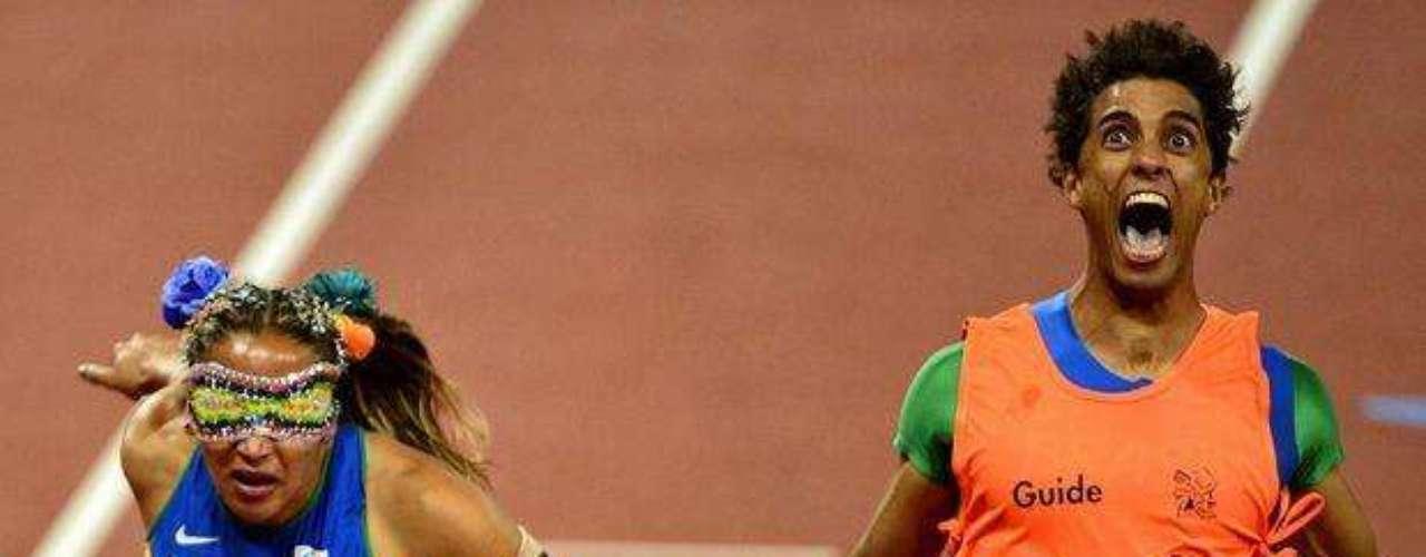La dupla conquistó la medalla de oro un día después, en la clase T11. Guilherme se recuperó con la ayuda de masajes de Terezinha.