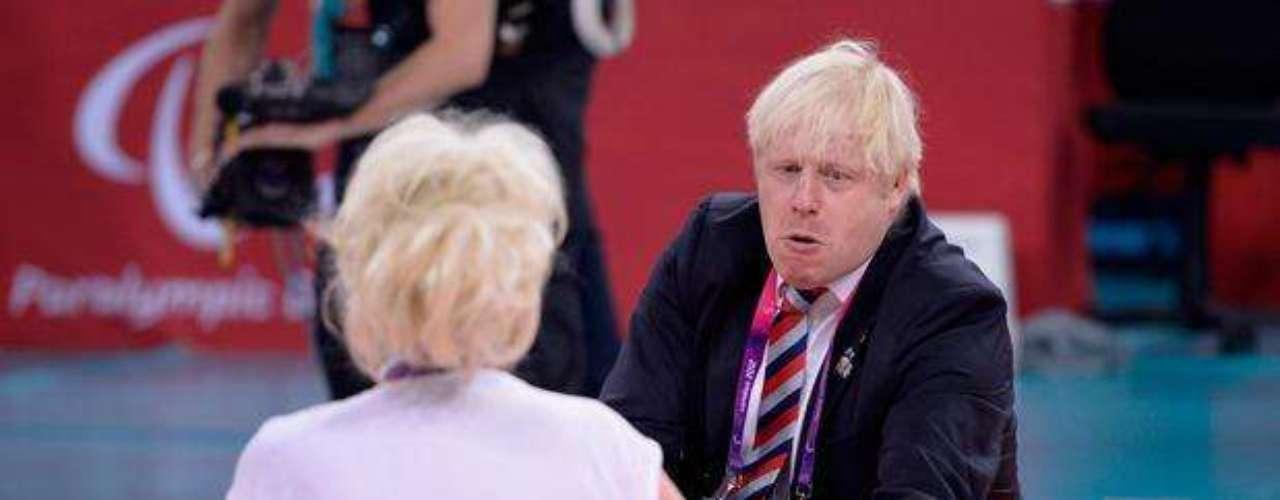 El alcalde de Londres, Boris Johnson, hizo delirar al público tras jugar al voleibol sentado con la actriz Barbara Windsor, antes del partido entre Gran Bretaña y Ucrania. Las anfitrionas fueron derrotadas por 3 sets a 0.