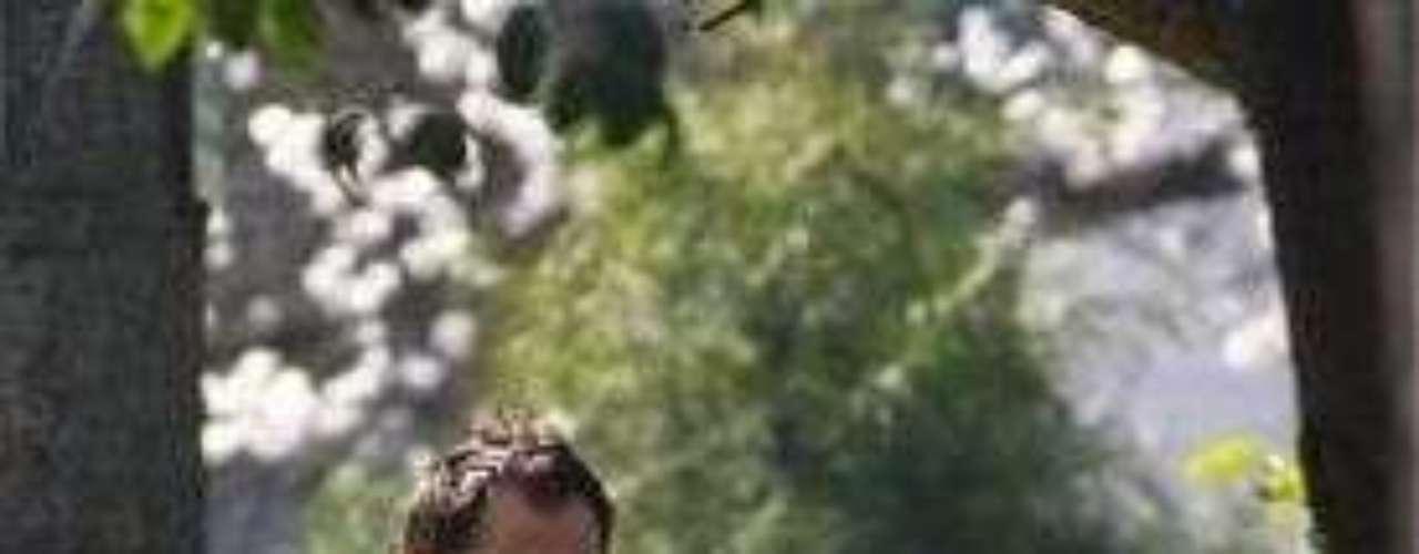 Un lamentable fin de semana fue el que vivió Benjamín Vicuña y Carolina Ardohain tras el fallecimiento de su hija Blanca. El domingo, día en que se dio descanso eterno a la pequeña, estuvo marcado por la compañía de un sin número de personajes del medio televisivo y autoridades que llegaron hasta el velatorio de la niña, realizado en la Iglesia del colegio Sagrados Corazones de Manquehue. Al lugar asistió la Primera Dama de la República, Cecilia Morel, en representación del Gobierno. A las 14:00 horas se dio inicio a una emotiva misa responso para luego trasladar el féretro al Parque del Recuerdo, donde llegaron unas 200 personas aproximadamente. Mientras que Benjamín Vicuña le mandó un mensaje a su hija a través de su cuenta twitter, Duerme tranquila mi niña.