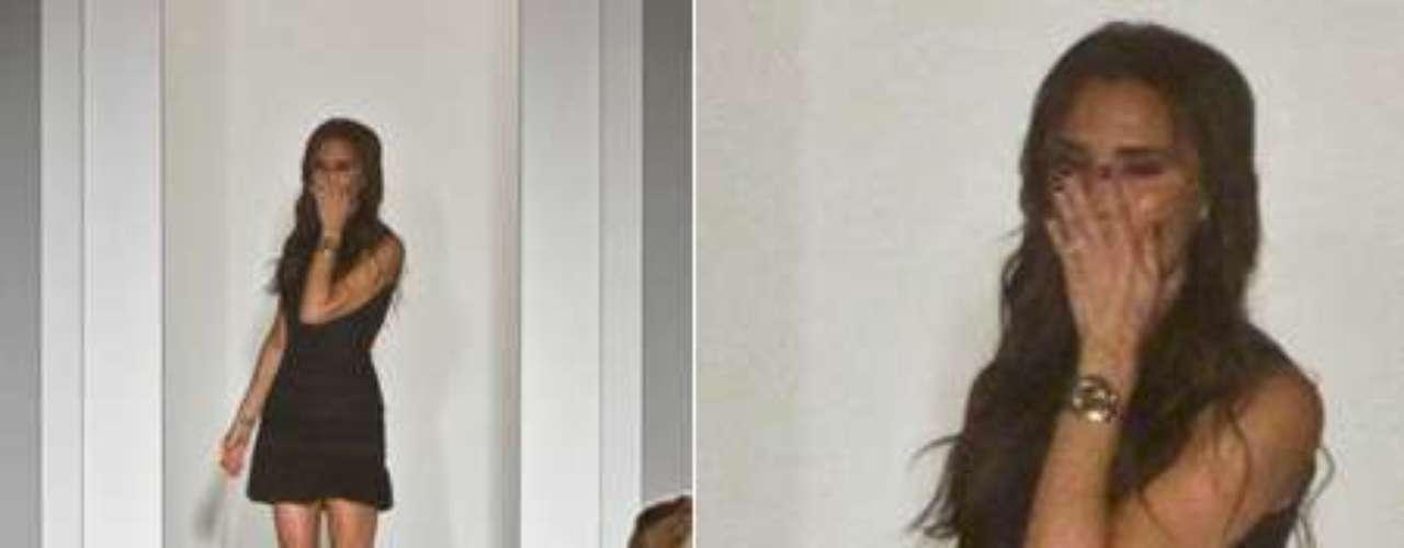 La diseñadora Victoria Beckham se emocionó al ver la acogida que tuvieron sus diseños en la Semana de la Moda de Nueva York.