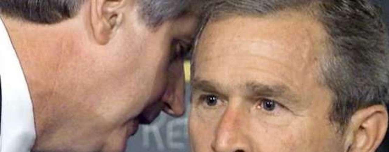 A las 9:03, el vuelo 175 impacta contra la Torre Sur del World Trade Center. Dos minutos más tarde, George W. Bush recibe la noticia, mientras estaba en una sala con niños en una escuela primaria de Florida. \