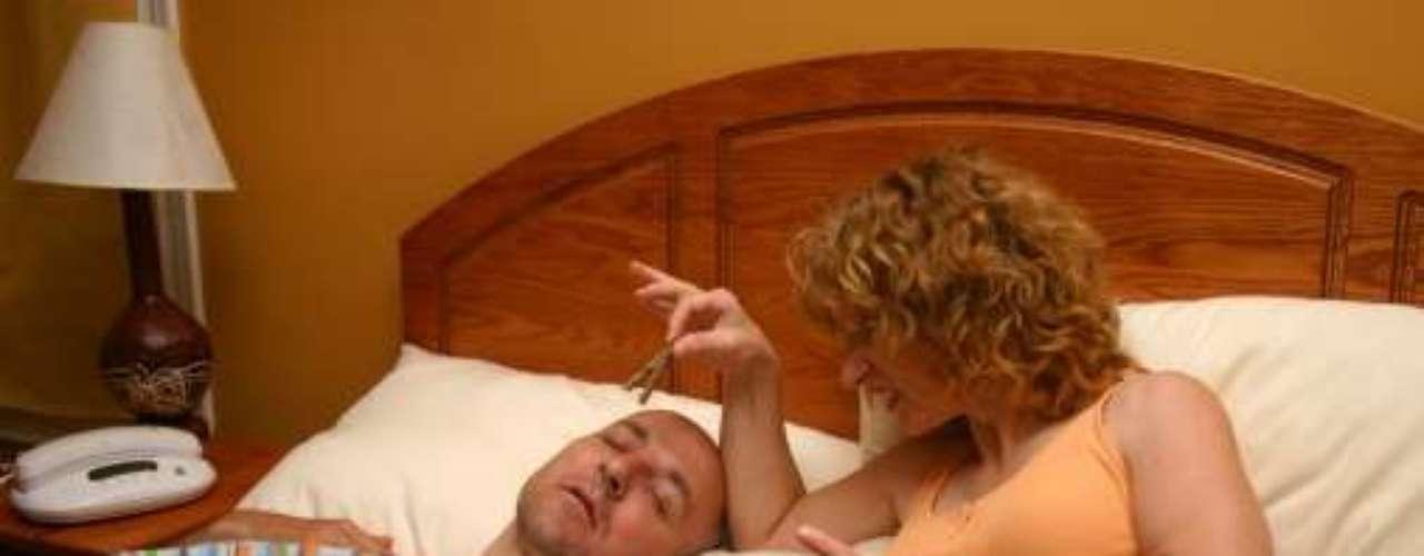 Las personas que roncan pueden tener un problema más grave, apnea. En este caso, por más de 10 segundos la obstrucción del paso del aire es total. Expertos sitúan el grado de enfermedad por el número total de interrupciones por hora: leve -5 a 15-, moderada -16 a 30- y la severa - más de 31.