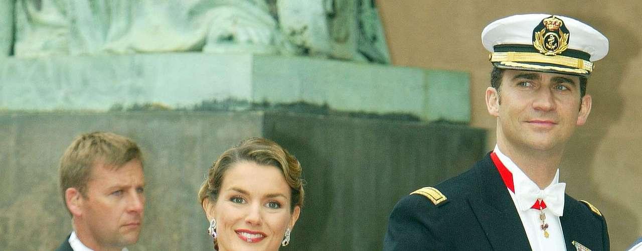 14 de mayo de 2004. Faltaba una semana para su propia boda pero la que por aquel entonces era sólo Letizia Ortiz deslumbró a todos en la boda de Federico de Dinamarca y Mary Donaldson. Este vestido de Felipe Varela causó sensación y consiguió situar a la Princesa entre las mejor vestidas.