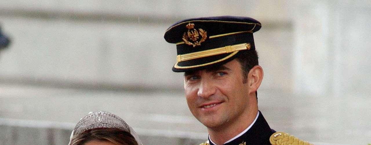 Y llegó el gran día. El 22 de mayo de 2004 el príncipe Felipe y Letizia Ortiz se dieron el 'sí quiero'. Después de la expectación creada, no defraudó. Lorenzo Caprile ideó para ella un modelo ajustado de talle con cuello corola bordado con hilos de oro y plata. Una boda de cuento.