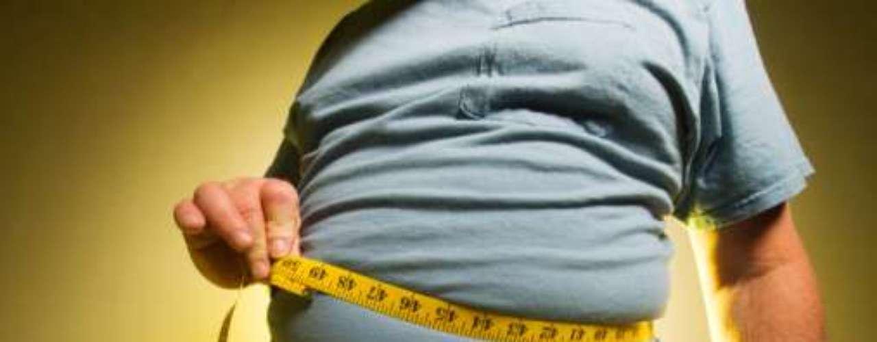 El grado de obstrucción del paso del aire suele estar asociado con la obesidad, flacidez de los músculos, aumento de las amígdalas, barbilla subdesarrollada, sedentarismo, alcohol, uso de relajantes musculares, dormir boca arriba, respiración predominantemente por la boca y el envejecimiento.