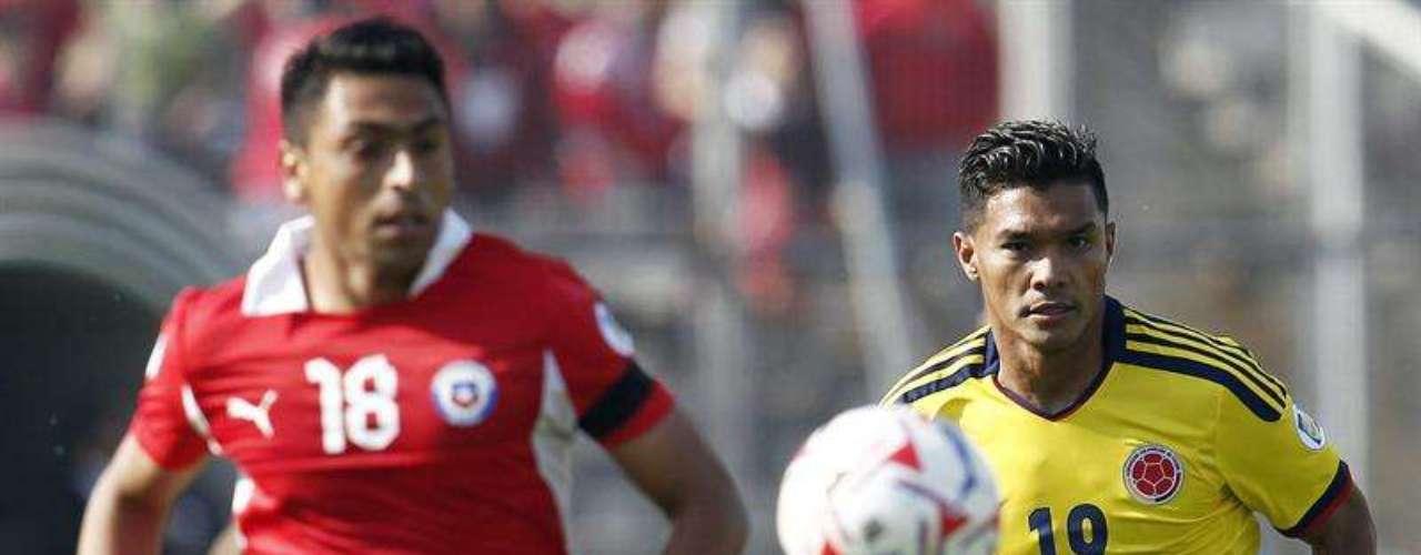 Teófilo Gutiérrez arrancó el partido un poco desconcentrado, con el paso de los minutos fue encontrando su lugar en la cancha y tuvo un cabezazo que por poco termina en gol para Colombia, pero el arquero Bravo se interpuso en la trayectoria del balón.