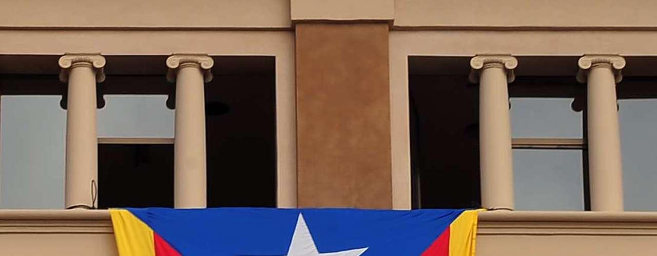 Miembros de la Assemblea Nacional Catalana (ANC) han instalado una pancarta que dice \