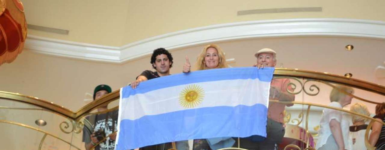 'Maravilla' has the support of several admirers, who showed the Argentine flag proudly.