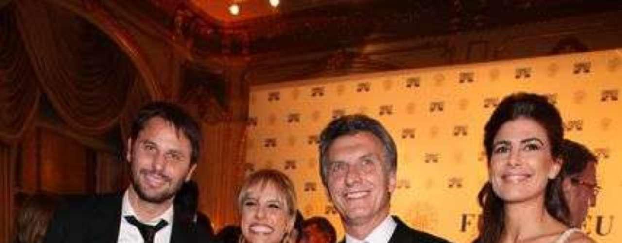 En el Alvear Palace Hotel se llevó a cabo la tradicional gala solidaria de FUNDALEU (Fundación para Combatir la Leucemia) en donde empresarios y famosas personalidades del mundo del espectáculo se unieron para recaudar fondos para la investigación y tratamiento de las enfermedades oncológicas de la sangre. Famosos por la vida, en su edición XVII, obtuvo un nuevo récord en solidaridad: $1.400.000. Catherine Fulop, Nicole Neumann, Martín Palermo e Iván de Pineda fueron algunas de las celebridades que ayudaron a conseguir este monto de dinero. Los famosos fueron los encargados de vender las tradicionales bolsitas Guess, gift sponsor de la gala. Por su parte, la exclusiva marca de relojes Raymond Weil contó con un momento especial en el cual agasajó y sorprendió a todos los invitados, recaudó $84.500. La tradicional gala solidaria se llevó a cabo con gran éxito y una vez más, las celebridades se unieron en una nueva cruzada solidaria a favor de la vida.