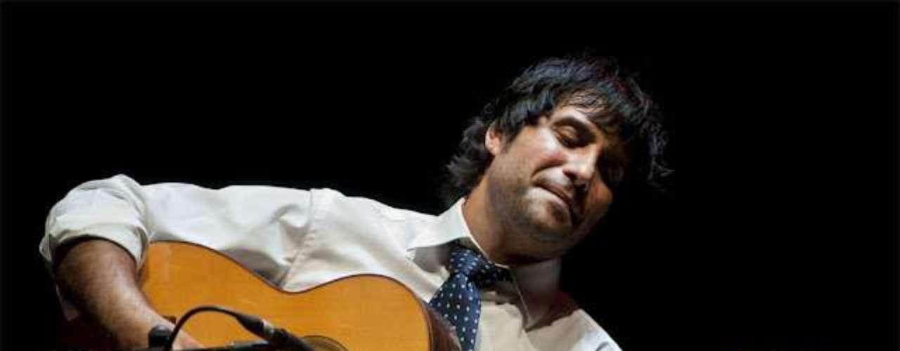 Uno de los guitarristas más codiciados de la escena es Niño Josele. Nacido en Almería en 1974, el artista ha lanzado ocho trabajos discográficos que se han destacado por lo ecléctico de sus propuestas. Cigala y él trabajarían en dos discos, 'Corren tiempos de alegría' y el mágico 'Directo en el Teatro Real', en un mano a mano inolvidable.