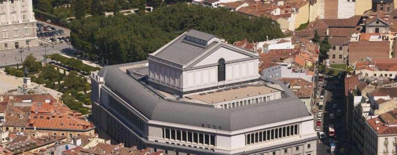 El Teatro Real de Madrid ha recibido a lo más representativo de la cultura europea desde 1850. Por sus salones han pasado Verdi, Rossini, Nijinski y muchos otras grandes leyendas de la música y la danza. En 2002 cumpliría el sueño de El Cigala al abrir sus puertas para un concierto memorable que quedó grabado para la posteridad en el disco 'Directo en el Teatro Real'.