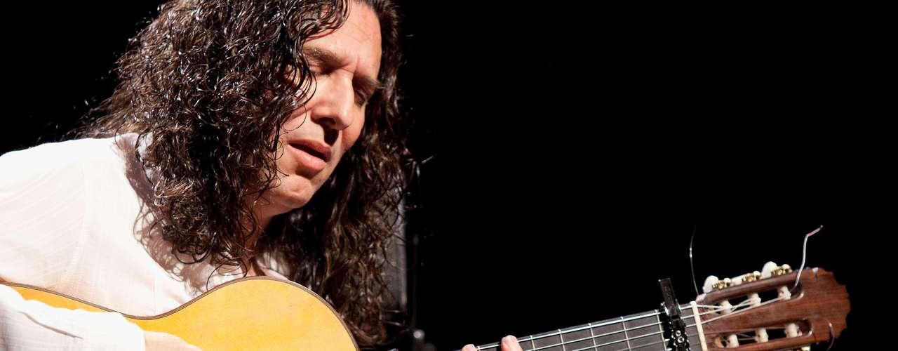 José Fernández Torres es el nombre con el que bautizaron al conocido Tomatito, uno de los más brillantes guitarristas de flamenco. Ha sido un gigante de la guitarra y en tarima ha compartido shows con mitos como Frank Sinatra, Elton  John y el mismísimo Rey, Elvis Presley. Trabajó junto a El Cigala en el debut del cantaor en 1998, 'Undebel'.