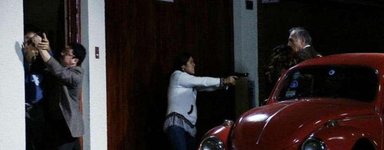 Imagen del documental 1509 Operación Victoria, donde se recrea el momento en que los agentes Gaviota y Ardilla irrumpen en El Castillo