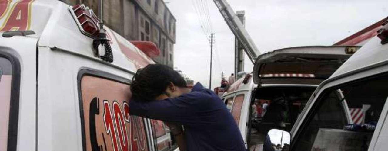 Otro incendio azotó una fábrica de zapatos en el oriente de la ciudad de Lahore el martes por la noche, matando a 25 personas, algunas por quemaduras y otras por asfixia, dijo el funcionario policial Multan Khan. La fábrica, de cuatro pisos, fue establecida ilegalmente en un barrio residencial de la ciudad.