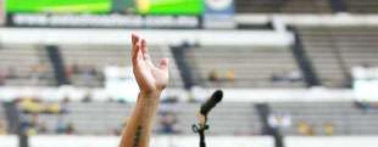 El paraguayo Salvador Cabañas, jugador del club América fue herido de bala en la cabeza durante una riña en un bar de la avenida Insurgentes en 2010. Luego de pasar algunos angustiosos meses en el hospital, el delantero de las Águilas fue dado de alta por los servicios médicos. A pesar de que todos creían que no volvería a jugar, Cabañas volvió a las canchas para recibir un homenaje en la cancha del estadio azteca en un juego entre América y la selección de Paraguay. Actualmente 'Chava' está jugando algunos minutos en un equipo de su país.
