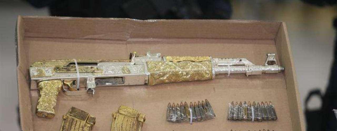 Al momento de su detención, le fue asegurado un fusil de asalto AK-47 conocido como \