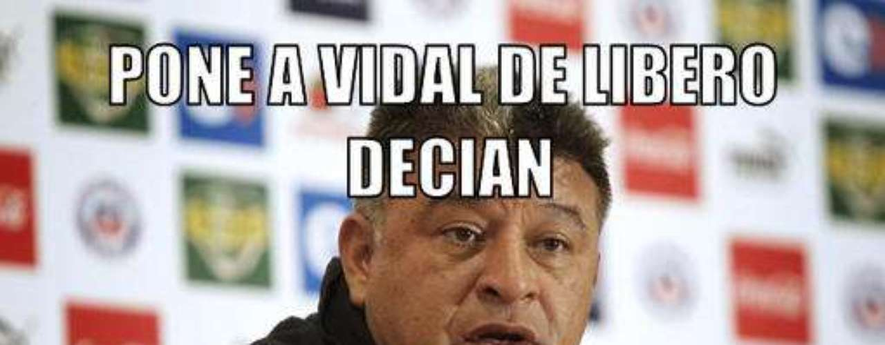 Los afiches de los hinchas chilenos apuntaron hacia el DT, principalmente por su decisión de alinear a Vidal como líbero.