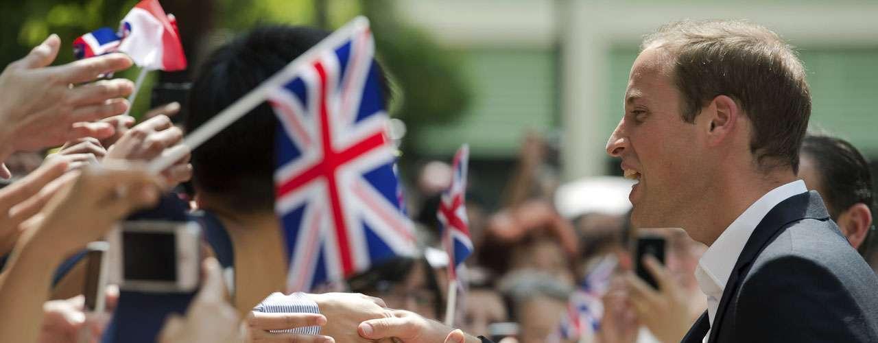 A la abuela de Guillermo se le dificulta viajar a las numerosas ex colonias británicas pese a ello, la gente recibe con cariño a los representantes de Isabel II.