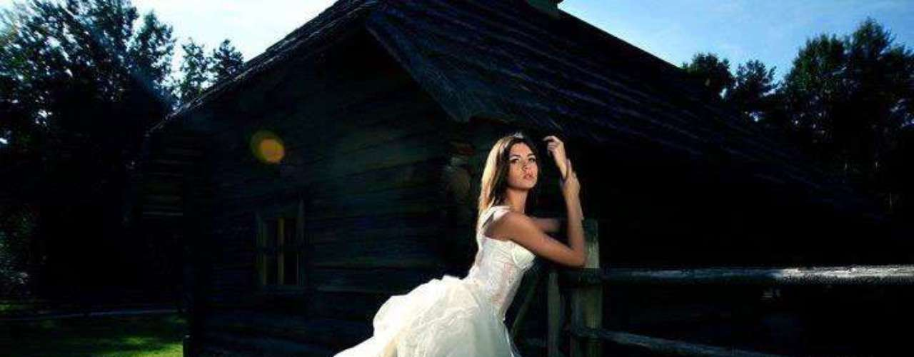 Con 23 años de edad, la joven nacida en Talinn, tiene una belleza exótica y camaleónica, que resalta sus ojos color café oscuro y su cabello castaño, sobre sus 1.75 metros de estatura; atributos que le han ayudado en su carrera como modelo internacional donde ha demostrado gran talento y profesionalismo.