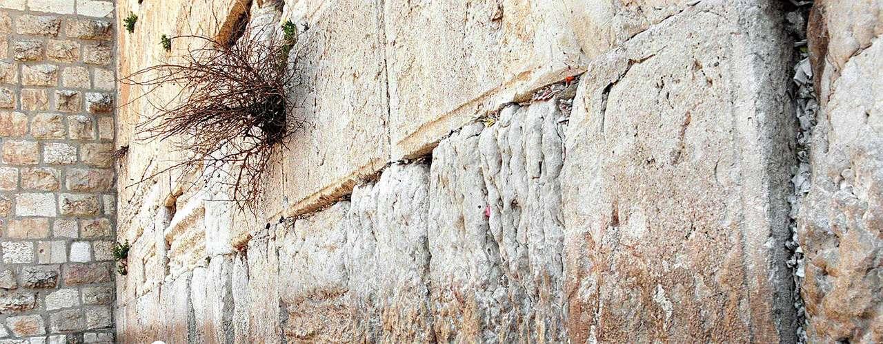 JERUSALÉN: En el año 2000, el Papa Juan Pablo II realizó uno de sus más importantes sueños, pisar Tierra Santa. Visitó el Monte Nebo, lugar donde -según la tradición católica-, el profeta Moisés vio la Tierra Prometida antes de morir; Belén, Jerusalén, Nazaret y varias localidades de Galilea. Toda la zona es considerada tierra sagrada y, por tanto, motivo de conflicto entre las comunidades judía y musulmana.