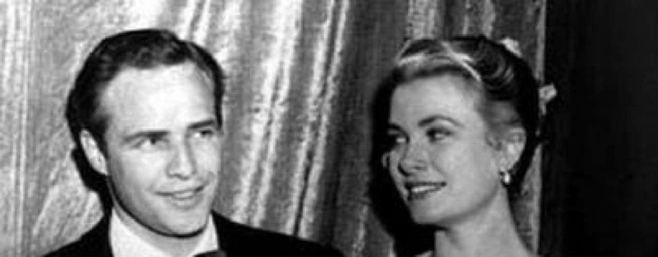 En la ceremonia de entrega de los Premios de la Academia de 1954, Grace Kelly se impuso contra todo pronóstico a Judy Garland, favorita para el Oscar a la mejor actriz protagonista, gracias a su papel en La angustia de vivir. En el film de George Seaton dio vida a la sufridora esposa del alcohólico interpretado por Bing Crosby.