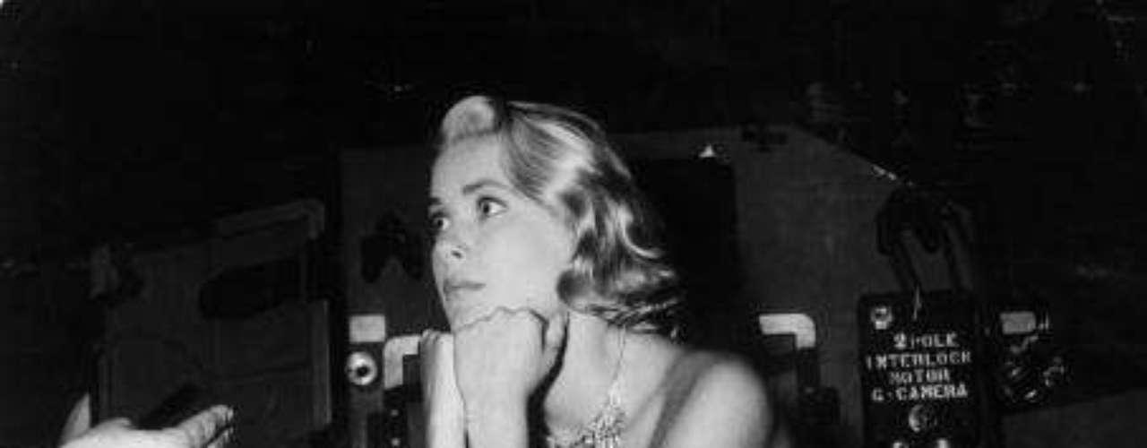 Atrapa a un ladrón fue el último proyecto que rodó a las órdenes de Alfred Hitchcock. Además de conocer el glamour de Mónaco, Kelly recibió la visita del príncipe Raniero, que inició una labor de cortejo que le llevó a viajar en varias ocasiones a Estados Unidos.