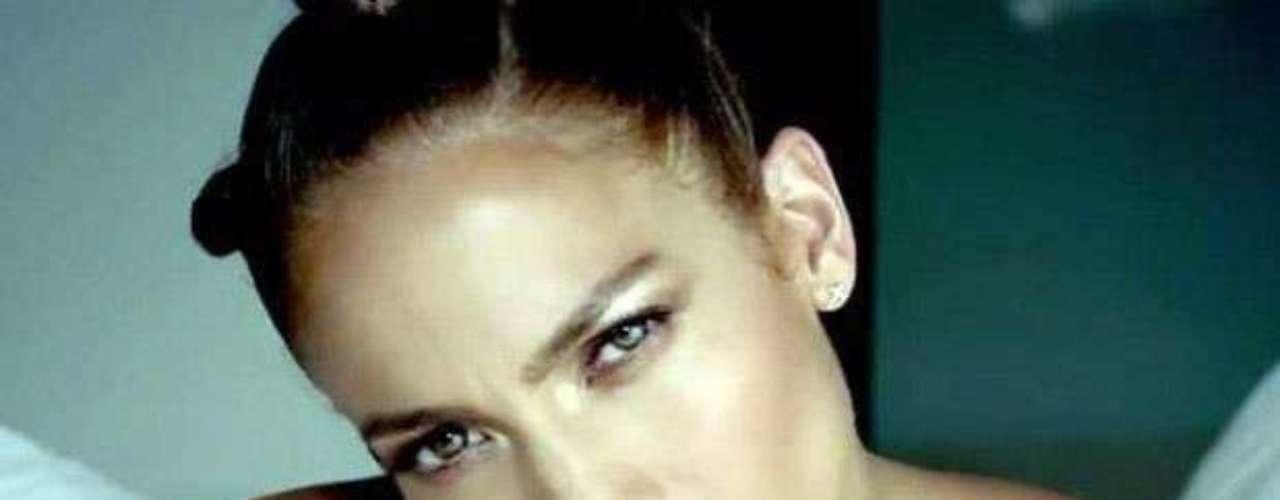 Jennifer López also covered her torso in some fake ink for Wisin y Yandel's \