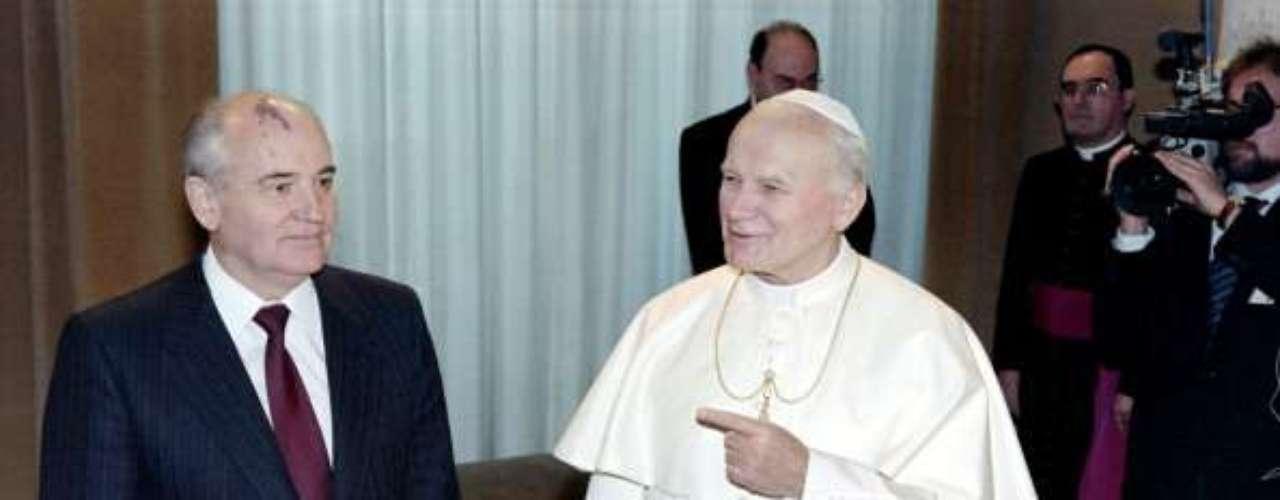 UNIÓN SOVIÉTICA: Uno de los encuentros más destacados del pontificado de Juan Pablo II fue su reunión el último presidente de la URSS, Mijail Gorbachov el 1 de diciembre de 1989, momentos en que se normalizaba el papel de la Iglesia Católica en los países europeos hasta entonces comunistas.
