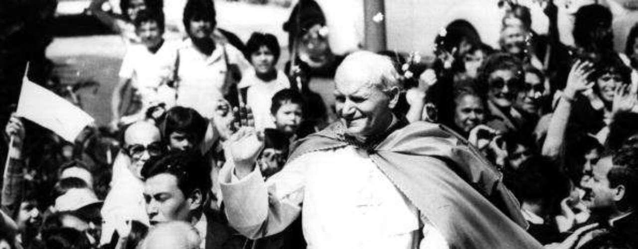 Sin embargo, algunos pontífices sí han logrado romper esa brecha y visitar aquellas áreas donde muchas veces la hostilidad hacia los católicos ha perjudicado las relaciones bilaterales con el Vaticano.