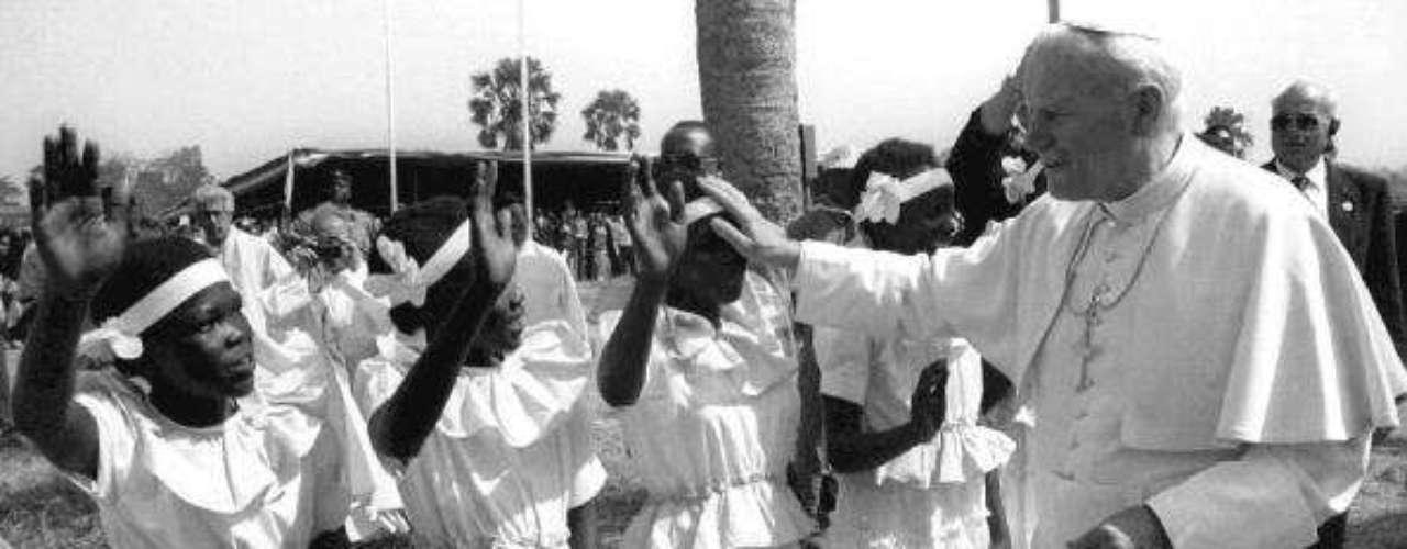 Pero fue el Beato Juan Pablo II quien más veces pisó suelo africano, realizando trece viajes a este continente entre 1980 y 1998. Se trata del tercer Papa que acude al continente africano, y es la tercera vez que el Santo Padre visita Camerún y la segunda que va a Angola.
