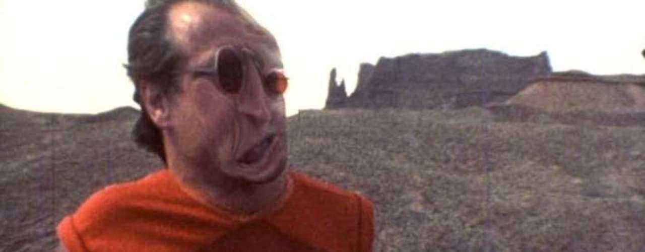 Natural Born Killers (1994, Oliver Stone). A esta caleidoscópica cinta que critica la obsesión de las audiencias con los medios masivos de comunicación y que culpa a éstos de inspirar asesinos e imitadores del mal comportamiento, le salió el tiro por la culata. Todo lo que pretende criticar, se llevó a la realidad. Varios asesinos en la vida real han señalado al filme como inspiración para cometer matanzas. Tanto Oliver Stone como Warner Bros. se han defendido bajo el argumento de que el trabajo del artista es solo reflejar la realidad y que además la violencia en el filme es hiperbólica.