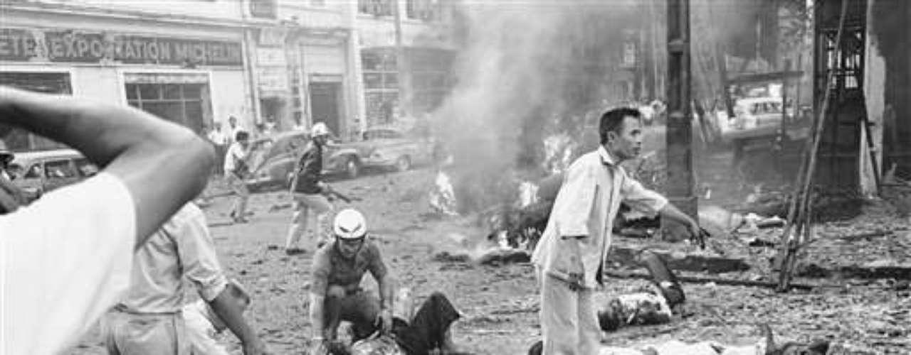 30 de marzo de 1965.  Trece personas mueren al explotar un coche bomba junto a la Embajada de EE.UU. en Saigón.