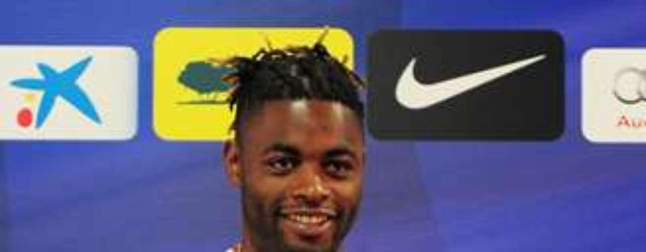 13.- ALEX SONG: El volante camerunés llegó al Barcelona desde el Arsenal por 19 millones de euros.