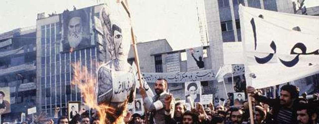 4 noviembre 1979. Guardias revolucionarios y estudiantes iraníes ocupan la Embajada de EEUU en Teherán y capturan a 52 funcionarios que fueron mantenidos como rehenes más de un año.