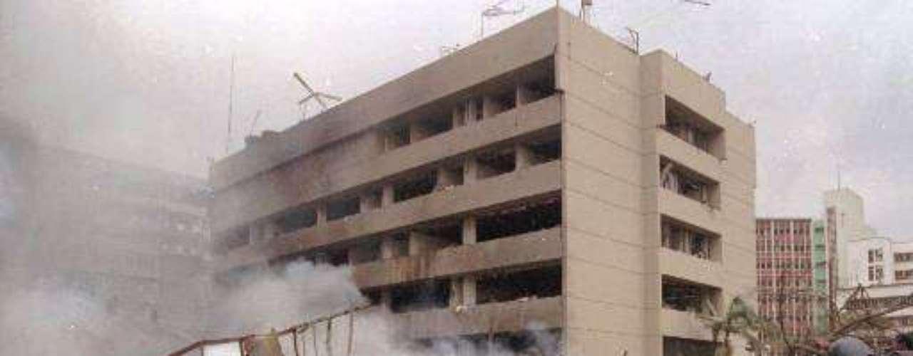 7 agosto 1998. Un total de 225 muertos, entre ellos 12 estadounidenses, y más de 4.000 heridos, causa un doble atentado sincronizado con coche bomba junto a las embajadas de EEUU en Nairobi (Kenia) y Dar es Salam (Tanzania). Fue atribuido a Al Qaeda.