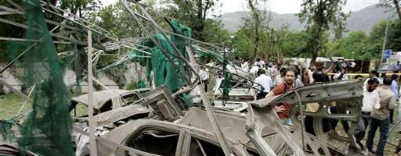28 febrero 2003. Dos policías muertos y seis personas heridas en un tiroteo frente al Consulado de EEUU en Karachi (Pakistán).