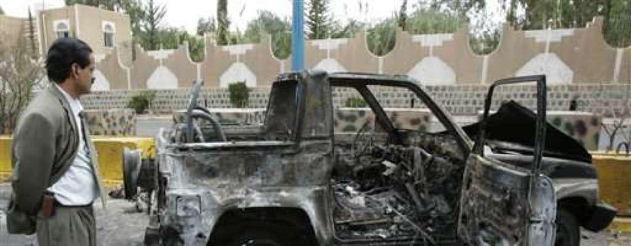 17 septiembre 2008.  Al menos dieciséis muertos (al parecer ninguno estadounidense), entre policías, atacantes y civiles, en un atentado con coche bomba cerca de la embajada de EEUU en Saná.