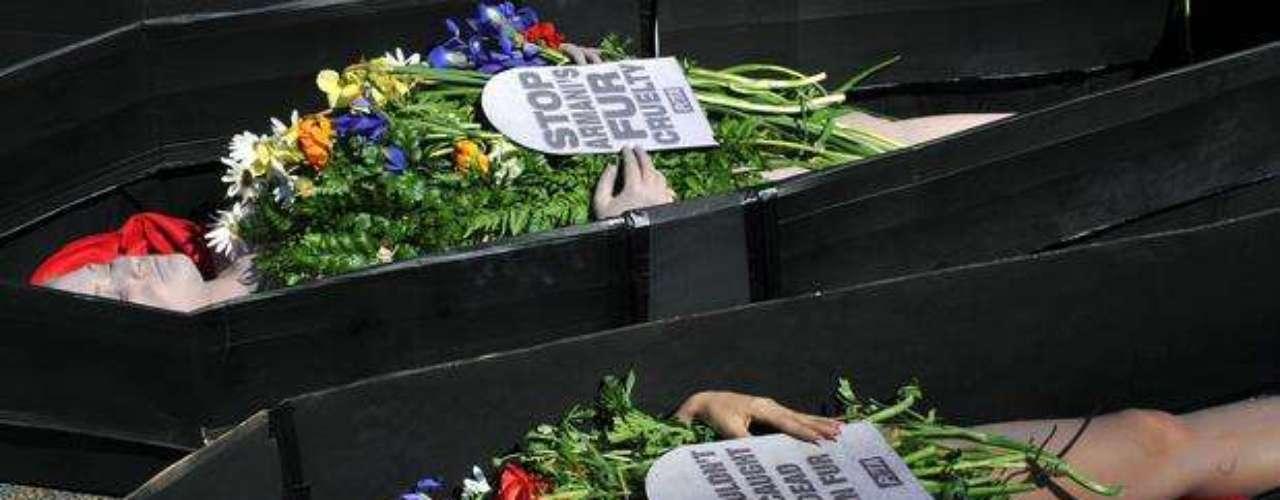 Los manifestantes protestaron por el empleo de pieles de animales en las colecciones de moda de las de las grandes firmas, como la italiana Armani.