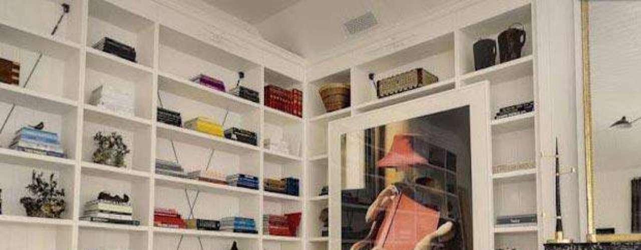 Por su lado su fabulosa casa de los Ángeles expresa el estilo ecléctico con mucha simpleza y elegancia, de la esposa de Chris Martin, cantante de la banda Coldplay.  Dóndemezcla distintos  tipos de suelo en las distintas estancias, madera en unas zonas, piedra y pavimentos cerámicos entre  otros, por supuesto, detalles exquisitos que deslumbran. Con un valor de 10 millones de dólares, 8 baños, 6 dormitorios con paredes blancas y tapices o piezas adorables que le dan un toque de color que  junto con pinceladas naturaleza con gran cantidad de flores y plantas, la hace inolvidable. Como ven su excelente gusto no sólo lo tiene para actuar, vestir, para manejar su vida privada frente a los medios sino también para su exquisito estilo en decoración. ¿Habrá algo que no haga bien? al parecer, no,  por eso es inspiradora.
