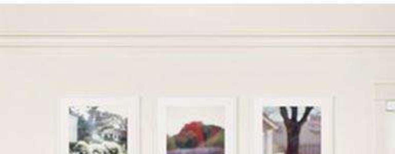 Por su lado su fabulosa casa de los Ángeles expresa el estilo ecléctico con mucha simpleza y elegancia, de la esposa de Chris Martin, cantante de la banda Coldplay.  Dónde mezcla distintos  tipos de suelo en las distintas estancias, madera en unas zonas, piedra y pavimentos cerámicos entre  otros, por supuesto, detalles exquisitos que deslumbran. Con un valor de 10 millones de dólares, 8 baños, 6 dormitorios con paredes blancas y tapices o piezas adorables que le dan un toque de color que  junto con pinceladas naturaleza con gran cantidad de flores y plantas, la hace inolvidable. Como ven su excelente gusto no sólo lo tiene para actuar, vestir, para manejar su vida privada frente a los medios sino también para su exquisito estilo en decoración. ¿Habrá algo que no haga bien? al parecer, no,  por eso es inspiradora.