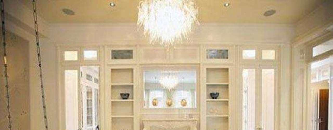 El gran estilo de la elegante y glamurosa actriz Gwyneth Paltrow que destacó la revista People como la celebridad mejor vestida del 2012 se puede ver también en la decoración de sus mansión de los exclusivos Hamptons de Long island, New York. La espectacular propiedad de 5 habitaciones 7 baños, un gimnasio y una formidable piscina fue adquirida por 5.6 millones de dólares en el 2006.