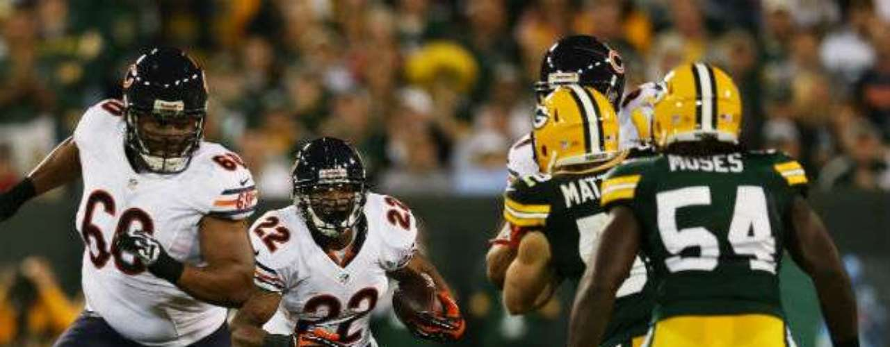 Matt Forte de Chicago (22) intentaba acarrear el ovoide ante una férrea defensa de Packers.