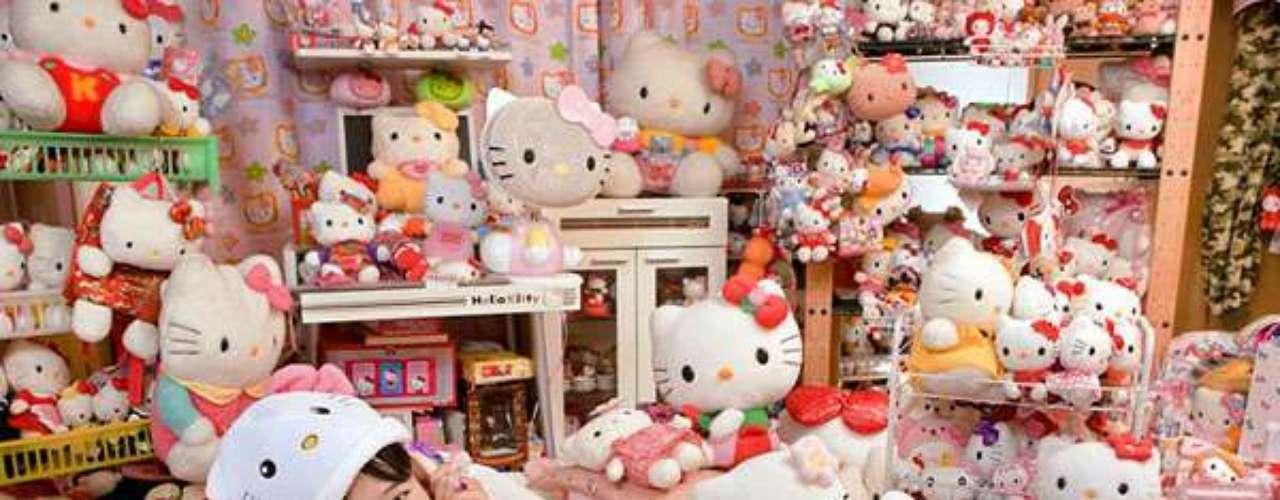 Asako Kanda es la persona que tiene la mayor colección de memorabilia de un personaje, es este caso, Hello Kitty. Tiene en su habitación, 4.591 objetos del personaje, entre los que se destacan un sartén, un ventilador y una tapa de inodoro.