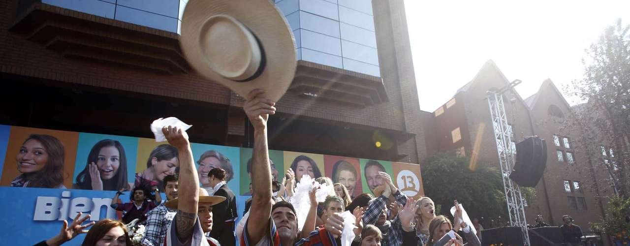 Una verdadera fiesta fue la que se vivió esta mañana en el frontis de Canal 13 con la fonda del Bienvenidos, donde Tonka Tomicic y Julio César Rodríguez animaron el espacio luciendo sus mejores trajes de huasos. Cuecas, cumbias y hasta reggaetón se tomaron la calle Inés Matte Urrejola, donde el público pudo disfrutar de una variedad de artistas, entre los que destacaron Jordan y la dupla Cangri y Dash.
