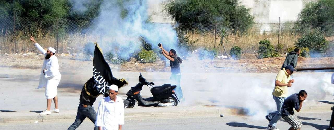 En Túnez la policía antidisturbios empleó gases lacrimógenos para dispersar a cientos de manifestantes, muchos de ellos salafíes (rigoristas islámicos), que protestaban frente a la embajada estadounidense en la capital contra la película producida en EE.UU. que ridiculiza a Mahoma y al Islam.