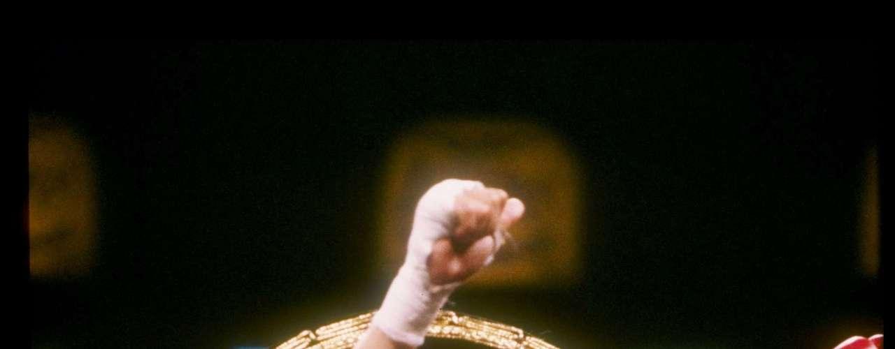 Julio César Chávez.- el mejor boxeador mexicano por razones estadísticas y técnicas.  Chávez ganó cinco títulos mundiales en tres diferentes divisiones de peso: Superpluma del CMB en 1984, Ligero de la AMB en 1987, Ligero del CMB en 1988, Superligero del CMB en 1989, Welter Ligero de la FIB en 1990, y Superligero del CMB en 1994.